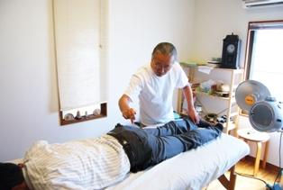 松原で肩凝りや首の痛みの治療風景