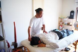 大阪府松原市の整体院にて椎間板ヘルニアの治療中